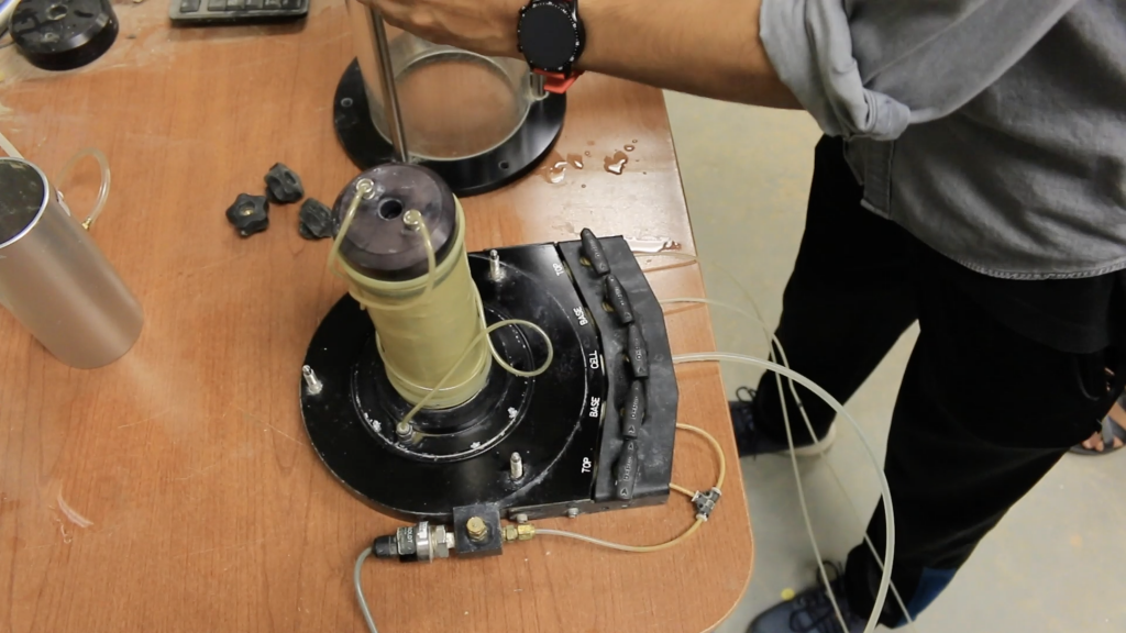 Sample on the triaxial base